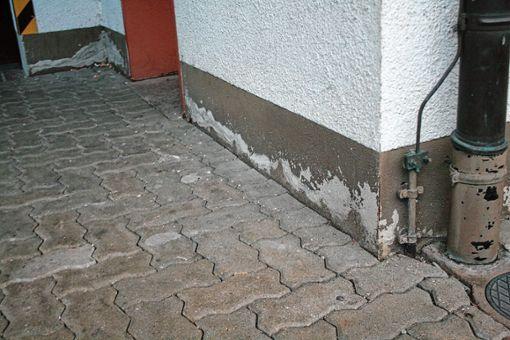 Besonders der Sockelbereich des Feuerwehrgerätehauses weist Beschädigungen auf.   Foto: Ingmar Lorenz Foto: Weiler Zeitung