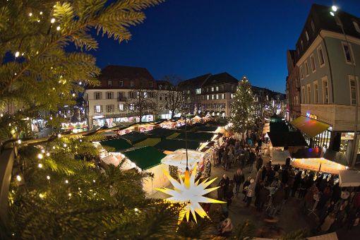Blick auf das Zentrum des Lörracher Weihnachtsmarkts am Alten Markt. Foto: Kristoff Meller Foto: Kristoff Meller
