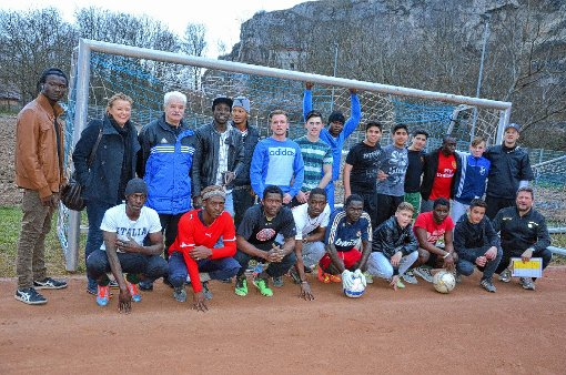 Trainerlegende Gerd Gutwein (stehend, Dritter von links) stellt sich einer neuen Aufgabe: Er trainiert nun in Istein die Fußballmannschaft der Flüchtlinge aus der Gemeinschaftsunterkunft in Efringen-Kirchen.    Foto: Marco Schopferer Foto: Weiler Zeitung