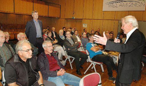 Hartmut Topp (rechts) und Andreas Jakob (links stehend) zeigten aktuelle und künftige Veränderungen des Verkehrs und der Mobilität auf.   Foto: Marco Fraune Foto: Weiler Zeitung