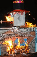 """Die Farifa-Narren verbrannten   die Fasnacht 2018, die diesmal keine Puppe, sondern ein """"Plakettenkerl"""" war.      Fotos: Ralph Lacher Foto: Markgräfler Tagblatt"""