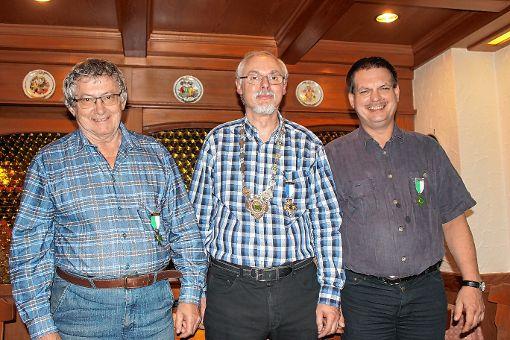Tadeusz Kolisko (1. Ritter), Christoph Savoy (Schützenkönig) und Jürgen Steiger (2. Ritter, von links).       Foto: zVg Foto: Markgräfler Tagblatt