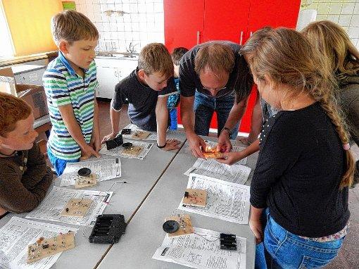 Gespannt lauschten die Kinder den Erklärungen von Physiker   Thilo Glatzel.   Foto: Silvia Waßmer Foto: Die Oberbadische