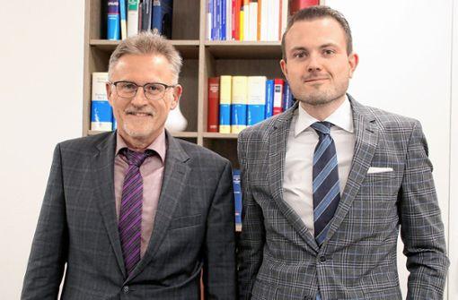 Wieder besetzt ist das Notariat in Schopfheim: Fabian Hetmeier (rechts) verwaltet die Kanzlei kommissarisch. Laut Landgerichtspräsident Wolfram Lorenz (links) schreibt das Land die Stelle im kommenden Jahr neu aus. Foto: Werner Müller