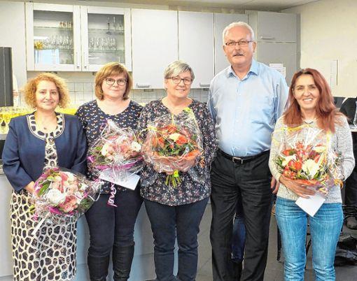 Bei der Mitarbeiterehrung: (von links) Kaya Zöhre, Karin Buhl, Gudrun van der Gabel, Wolfgang Geistert und Semra Aytac. Die 58 Jubilare kommen zusammen auf 425 Jahre Betriebszugehörigkeit. Foto: zVg