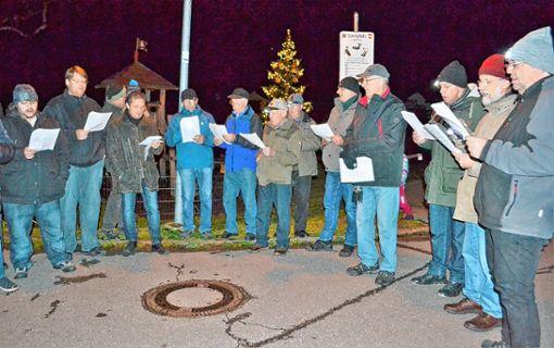 Mit Liedern begleitete der Männerchor Riedichen das Weihnachtsbaumstellen. Foto: Paul Berger