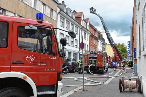Mit 50 Einsatzkräften löschte die Feuerwehr am Donnerstagabend den Brand in einem Mehrfamilienhaus an der Spitalstraße. Eine Dachgeschosswohnung brannte aus.   Fotos:  Foto: Martin Eckert