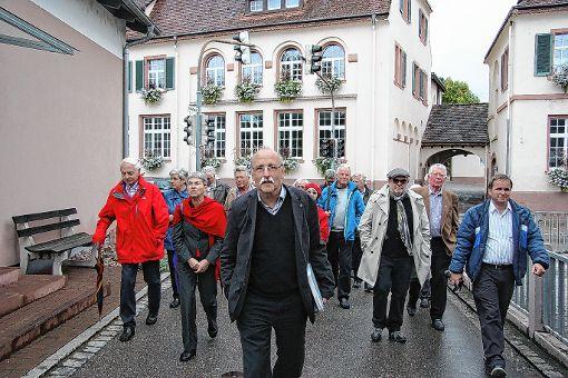 Eine spannende Exkursion zur Binzener Dorfgeschichte absolvierten die Tagungsgäste des Geschichtsvereins Markgräflerland am Sonntag mit ihrem Vorsitzenden und Chronikverfasser Hubert Bernnat (vorn Mitte).   Foto: Walter Bronner Foto: Weiler Zeitung