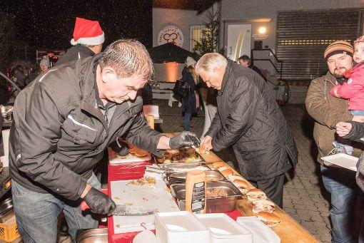 Die kulinarische Vielfalt beim Genuss im Advent zugunsten der Aktion Leser helfen Not leidenden Menschen kam bei den Besuchern gut an. Foto: Alexander Anlicker Foto: Alexander Anlicker