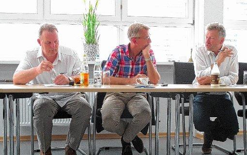 CDU-Vorsitzender Dieter Vollmer, MdB Armin Schuster sowie Bürgermeister Gerd Schönbett  (von links) beim Gespräch im Rathaus.Foto: zVg Foto: Markgräfler Tagblatt