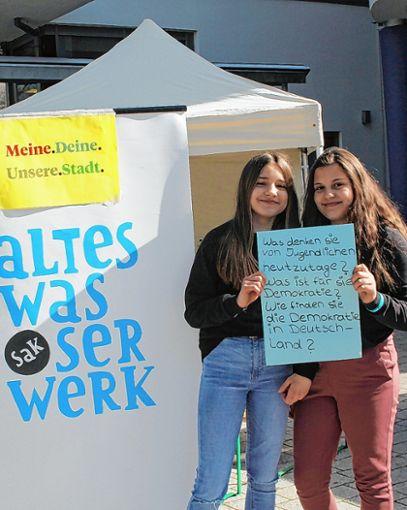 Jasmine und Violette von der Klasse 7a der Realschule fanden die SAK-Aktion im Zuge der Präventionsdekade ausgesprochen spannend.  Foto: Gerd Lustig Foto: Die Oberbadische
