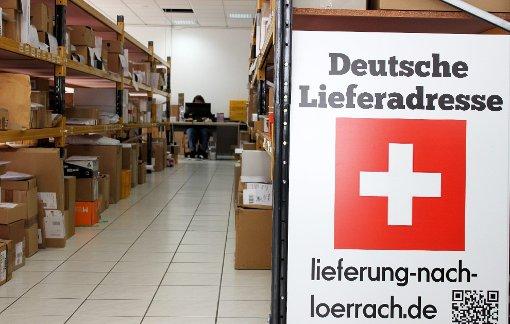 Schweizer Kunden lassen ihre Bestellungen an ein Lörracher Paketdepot liefern, um die Ware dort abzuholen.  Foto: Patrick Netzllaff Foto: Die Oberbadische