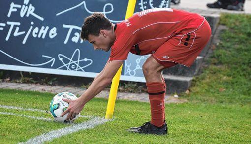 Patrice Glaser legt den Ball punktgenau für den Eckball parat. Seine Standards sorgen immer wieder für Gefahr.   Foto: Mirko Bähr Foto: Die Oberbadische