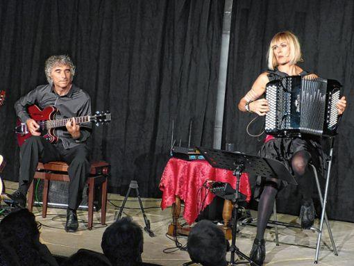 Gastspiel: Christine Schmid und Gaetano Siino begeisterten im Bühneli.     Foto: Gottfried Driesch Foto: Die Oberbadische