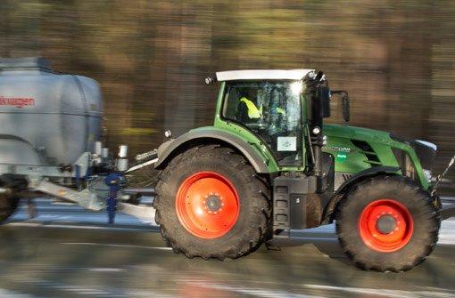 Ein Pedelecfahrer wurde von einem Traktor gestreift. (Symbolbild) Foto: dpa