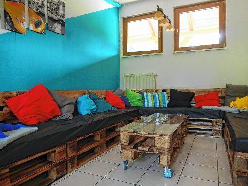 steinen jugendliche bauen sofa aus paletten steinen verlagshaus jaumann. Black Bedroom Furniture Sets. Home Design Ideas