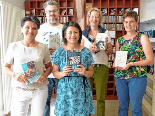Sabine Dietrich (2.v.r.) und das Team der Stadtbibliothek empfehlen Sommerlektüre.    Foto: zVg Foto: Die Oberbadische