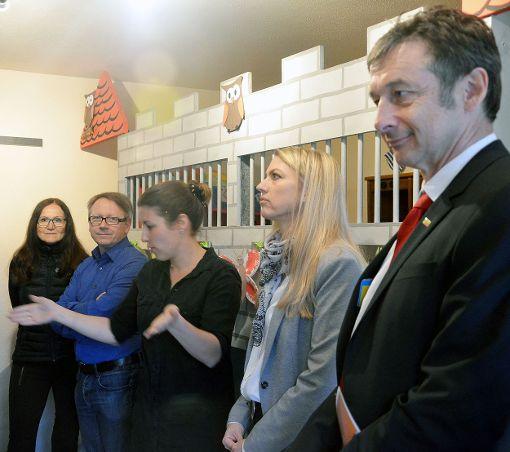 Katja Vargas (Mitte) führte durch die Drei-Zimmer-Wohnung, in der die Puzzlegruppe in Hüsingen untergebracht ist. Rechts daneben Kirsten Trefzger (Kinderschutzbund) und Christoph Hoffmann (FDP).   Foto: Martina Proprenter Foto: Die Oberbadische