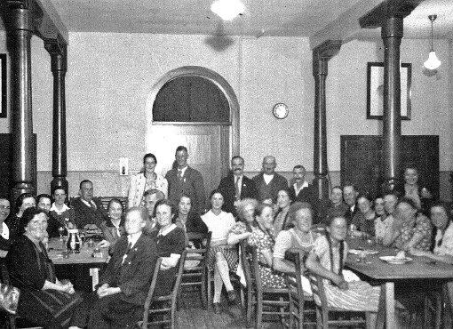 Innenansicht des Saals im  evangelischen Gemeindehaus in den 1940er-Jahren, stehend   Elisabeth und Hans Friedrich Müller.    Foto: Privat Foto: Weiler Zeitung