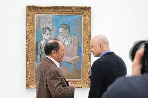 Picasso-Sohn Claude  (links) lässt sich von Museumsdirektor Sam Keller durch die Auusstellung führen. Foto: Gabriele Hauger