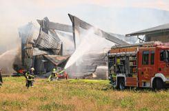 Die Feuerwehren aus Hausen im Wiesental, Schopfheim, Todtnau,  Lörrach und Zell im Wiesental waren mit gut 70 Kameraden und 15  Fahrzeugen im Einsatz. Foto: Markgräfler Tagblatt
