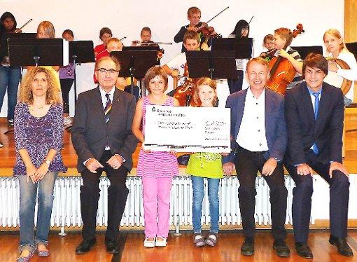 Der Lionsclub Lörrach unterstützt die Städtische Sing- und Musikschule um Karl Gehweiler (Zweiter von rechts) mit einem Scheck über 1500 Euro.   Foto: zVg Foto: Weiler Zeitung