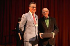 Elmar Kiefer wurde mit der Ehrennadel des Landes Baden-Württemberg ausgezeichnet. Foto: Ingmar Lorenz