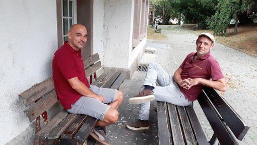 In den Dialog treten: Thomas Wick und Jan Funke (v.l.) suchen abends die typischen Treffpunkte von Jugendlichen in Lörrach auf.     Foto: Nina Ricca Foto: Die Oberbadische