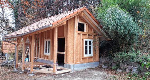 """Die Gartenhütte wurde unter anderem mit der Unterstützung durch die Aktion """"Leser helfen Not leidenden Menschen"""" unserer Zeitung beschafft. Noch ist die Hütte eine Baustelle, aber bald ist hier eine Werkstatt untergebracht. Foto: Nina Ricca"""