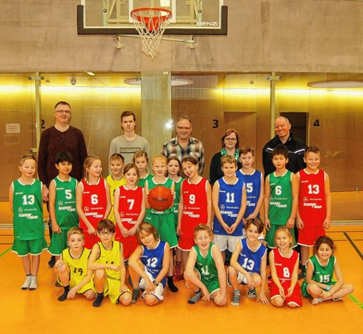 Basketball-Kids der Eichendorffschule mit (v.l.) Christian Roos (CVJM), Jacob Fischer-Barnicol (CVJM-Trainer), Thomas Schönbett (CVJM), Christin Sigwart (Rektorin) und  Dieter Brunner (Sponsor)    Foto: Peter Ade Foto: Die Oberbadische