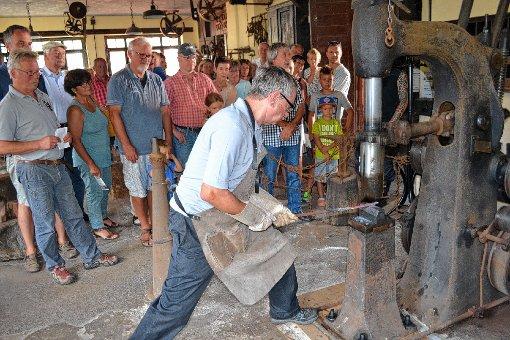 Vorführung mit dem schweren Federhammer am Tag des offenen Denkmals.                 Foto: Paul Berger Foto: Markgräfler Tagblatt