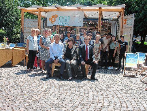 Gisela Erler (Mitte) mit Jörg Lutz (r.), Michael Wilke (l.) und Gästen ihrer Lörracher Visite auf dem Rathausplatz  Foto:  Konrad Foto: Die Oberbadische