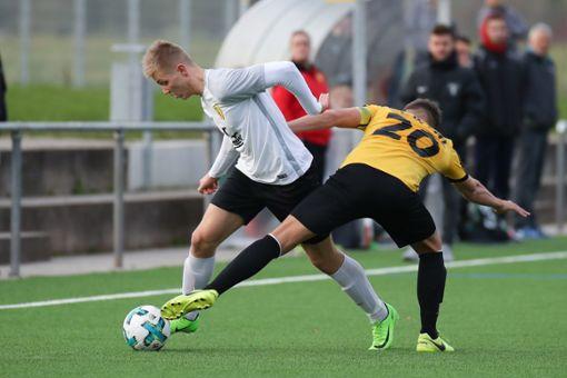 Es geht für FSV-Innenverteidiger Jens Murwaski (links) gegen Bad Bellingens Goalgetter Tim Siegin. Foto: Archiv
