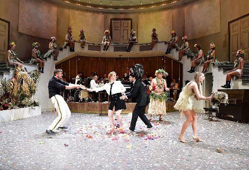 """Szene aus  der exotisierenden Revueoperette """"Die Blume von Hawaii""""  Foto: Sandra Then/Theater Basel Foto: Die Oberbadische"""