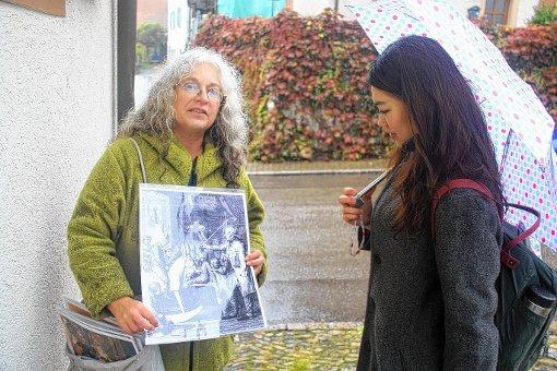 Museumsleiterin Dr. Maren Siegmann (links) hatte für die verregnete Schulbegehung originelle Dokumente zusammengetragen.  Foto: Siemann Foto: Weiler Zeitung