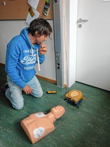 Wie man einen Defibrillator bedient, haben 15 Lehrer am Schönauer Gymnasium gelernt.   Foto: zVg Foto: Markgräfler Tagblatt