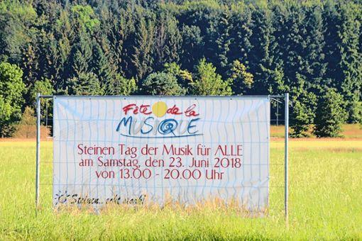 Großflächig wird an den Ortseingängen Steinens für das Musikfest am 23. Juni geworben.   Foto: Harald Pflüger Foto: Markgräfler Tagblatt