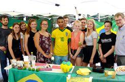 """Projektgruppe """"Brasilien"""" mit Schülern der achten und zehnten Klasse beim Sommerfest des Kant-Gymnasium     Foto: sc Foto: Weiler Zeitung"""
