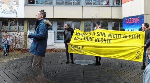 """THG-Schüler Jonathan Noch hielt im Pausenhof eine Rede zum Tema """"Menschenrechte"""". Foto: zVg"""