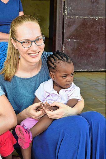 Kuscheltrost: Malena Hinrichs mit einer kleinen Kamerunerin. Foto: Markgräfler Tagblatt