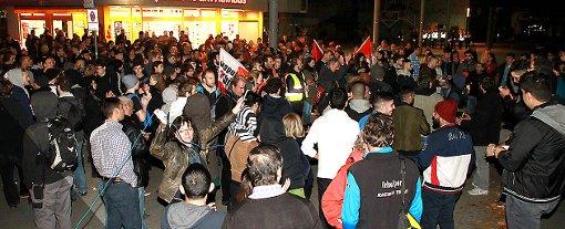 Abschließend versammelten sich alle Demonstranten auf dem Rathausplatz zur Kundgebung.   Fotos: Trinler/Stefak Foto: Weiler Zeitung