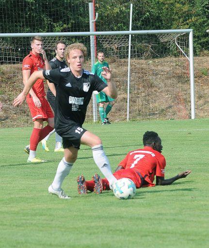 Mike Muser (am Ball) gastiert mit dem VfR Bad Bellingen übermorgen beim Freiburger FC II.   Foto: Uli Nodler Foto: Die Oberbadische