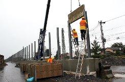 Lärmschutzwand in Haltingen: Die ersten Elemente wurden gestern auf der Westseite der Bahnlinie eingehoben.               Fotos: Siegfried Feuchter Foto: Weiler Zeitung