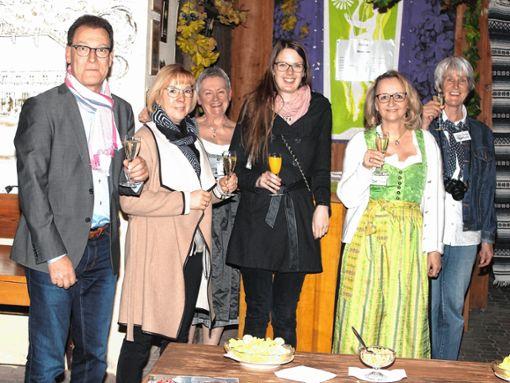 Sektempfang für den Besuch aus Zwickau: (von links) ein Besucher, Angelika Hölzel, Agnes Liebl, Johanna Altvater, Sigrid Fricker und Sonja Eiche.     Foto: Heiner Fabry Foto: Markgräfler Tagblatt