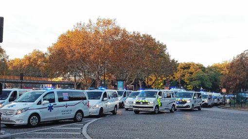Krankenwagen blockieren mit Blaulicht einen Kreisverkehr: So wird in Frankreich gestreikt. Foto: Matthias Stauss