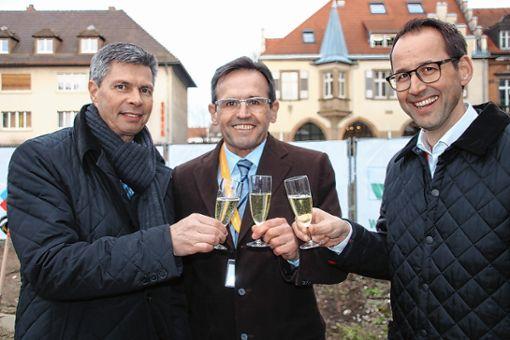Anstoßen auf das Projekt:  Bürgermeister Nitz, Antonius  Kirsch und Matthias  Ryzlewicz (von links). Foto: Markgräfler Tagblatt