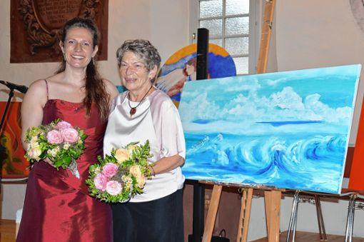 Die Sängerin Sonja Schulz und ihre Mutter, die bildende Künstlerin  Heidemarie Schottmüller.   Foto: Georg Diehl Foto: Markgräfler Tagblatt