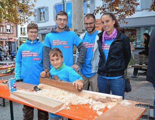 Wo gehobelt wird, da fallen Späne – beim Tag des Handwerks durfte mitgemacht werden.           Foto: Adrian Steineck Foto: Die Oberbadische