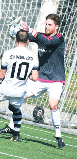 Zells Keeper Tobias Fräßle muss passen.   Foto: Mirko Bähr Foto: Die Oberbadische