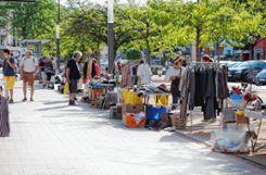 Jeden zweiten Samstagvormittag im Monat schlägt der Kinder- und Seniorenflohmarkt auf dem Berliner Platz eine Brücke zwischen Alt und Jung. Foto: Weiler Zeitung
